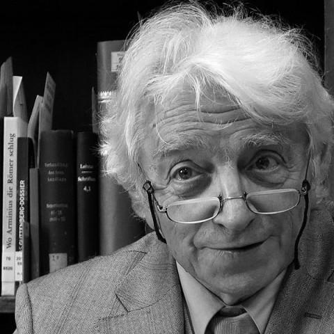 Lo storico e filosofo Kurt Flasch. Foto © Bücherknecht / Wikimedia Commons / CC BY-SA 3.0 / remixed by Il Mitte