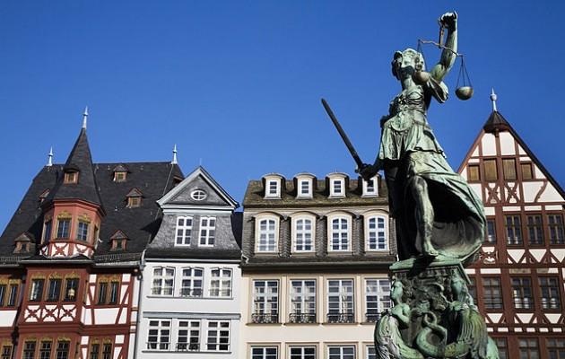 La staua della giustizia nella piazza del Roemer